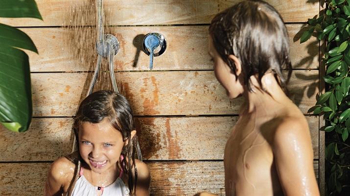douche extérieure, douche dans le jardin
